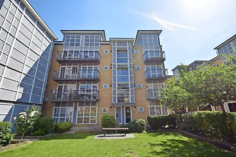 2 Bedrooms Property for sale in Amber Court, High Street, Romford