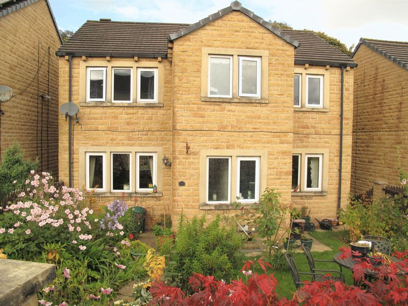 4 Bedrooms Property for sale in Gosport Close, Huddersfield