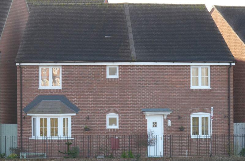 3 Bedrooms Property for sale in Hawthorn Road, Melksham