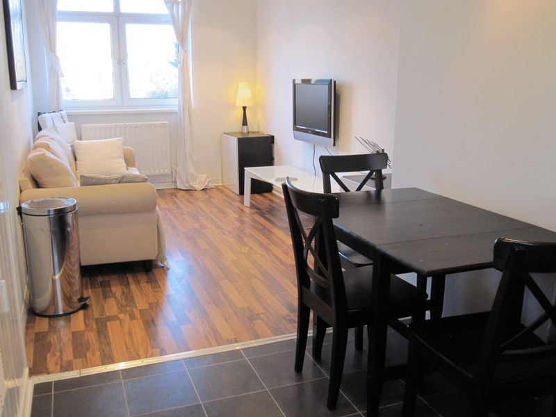 Double room to rent available - E14