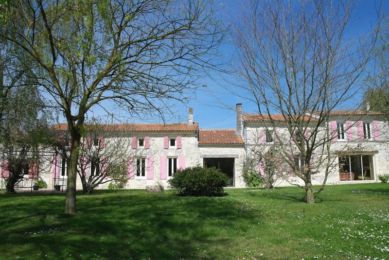 Amazing traditional longère with 2 additional houses and lots of potential