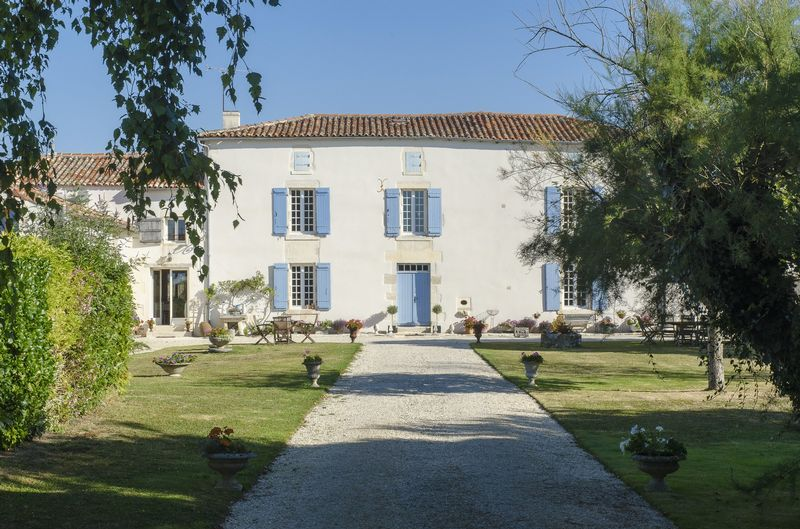Charming charantaise country manor house with 2 guest cottages