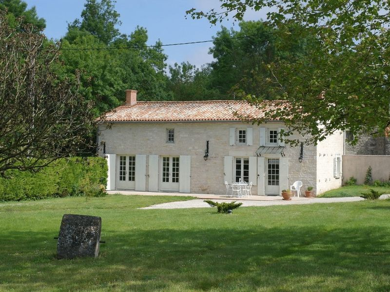 Gorgeous stone built country house, in hamlet close to Surgères