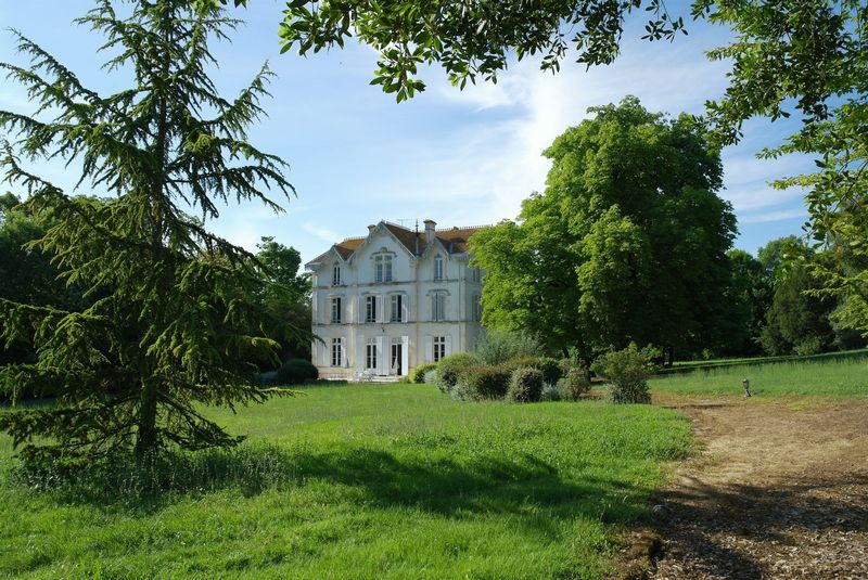 Magnificent manoir with land just 10 minutes from Saint Jean d'Angely