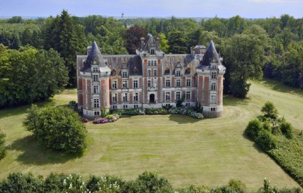Magnificent chateau in 36 hectares