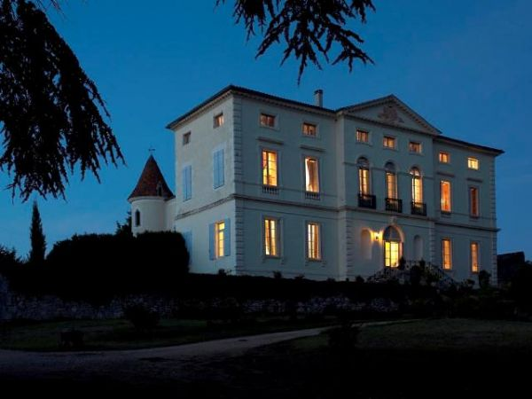 Magnificent 16th century chateau in 2,5 hectares of parkland