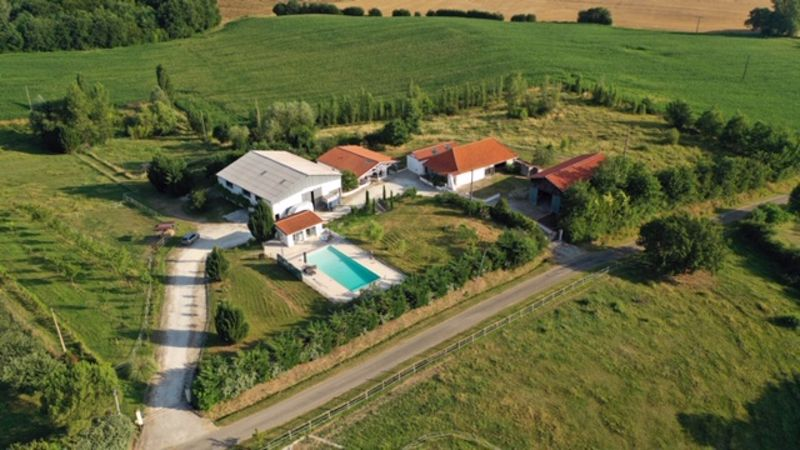Beautiful equestrian property of 5 ha on the slopes of the Lot et Garonne.