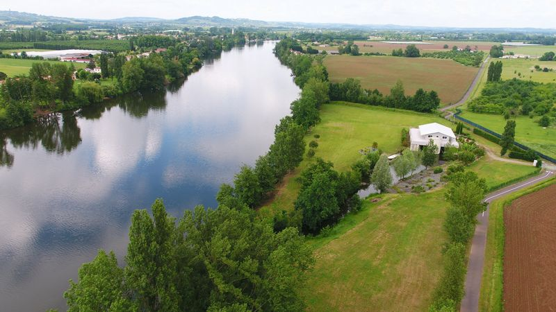 Unique house sitting on top of moorings with a private canal for access to the Lot river