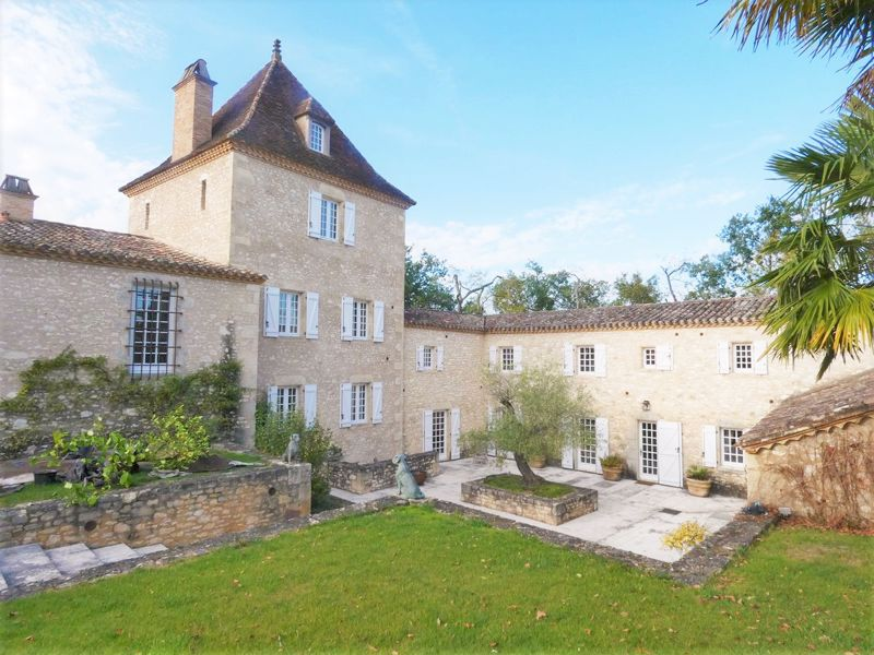Magnificent fortified farmhouse of 850 m2, fully restored, on 70 ha of land