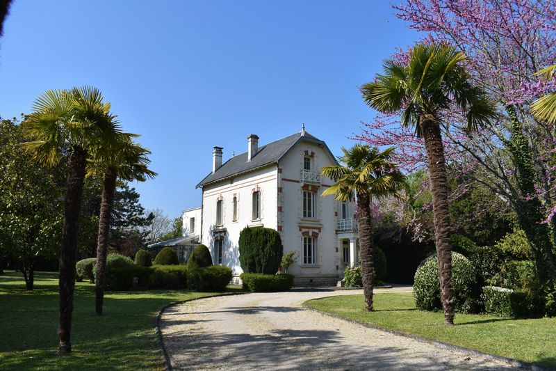 Elegant renovated Manoir close to town centre and half an hour from the beach!