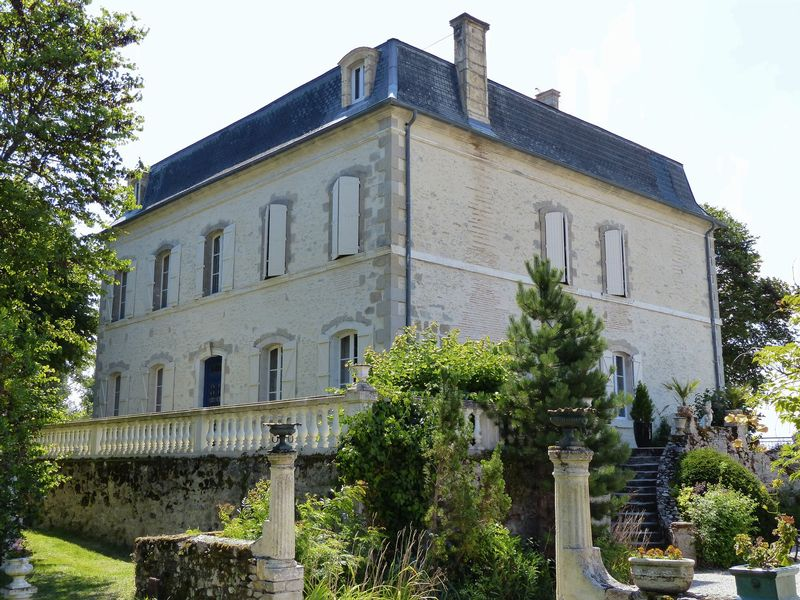 Wonderful estate offering a formal house from the XIX th century and 2 barns of 6 gites each