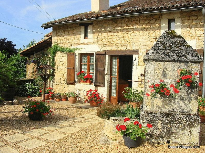 Charming Charentaise stone cottage with outbuildings
