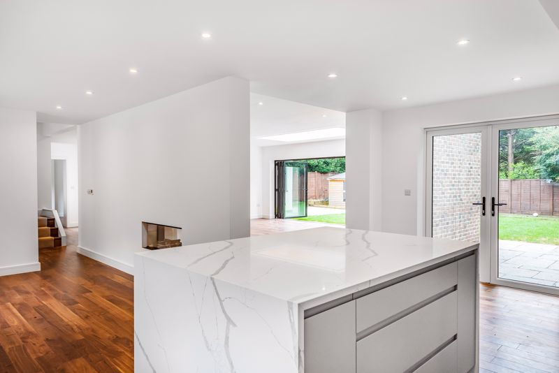 4 bedroom detached house For Sale in Banstead - Photo 11.