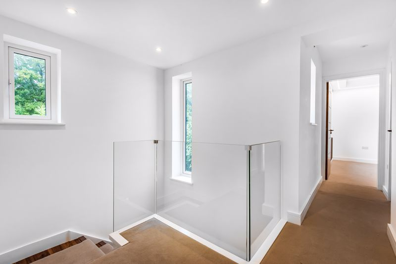 4 bedroom detached house For Sale in Banstead - Photo 14.