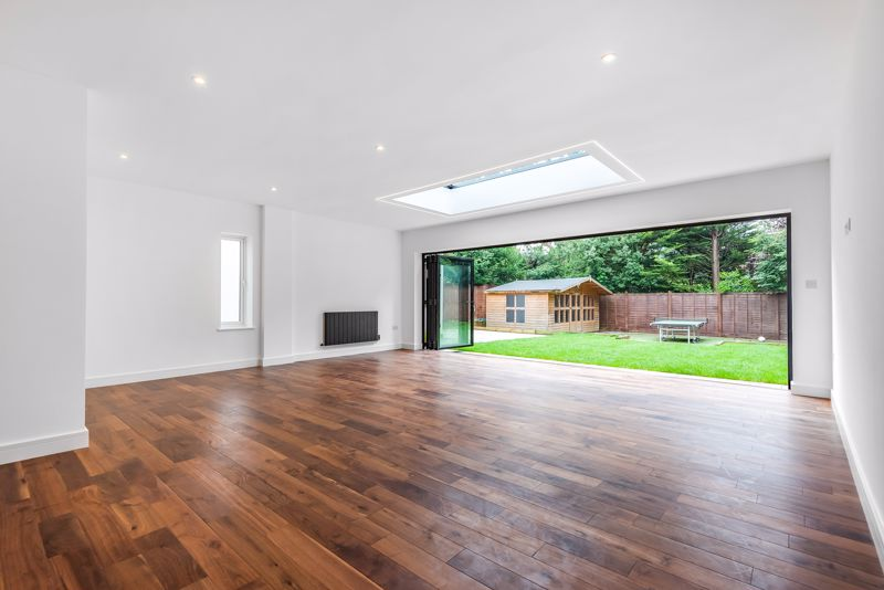 4 bedroom detached house For Sale in Banstead - Photo 2.