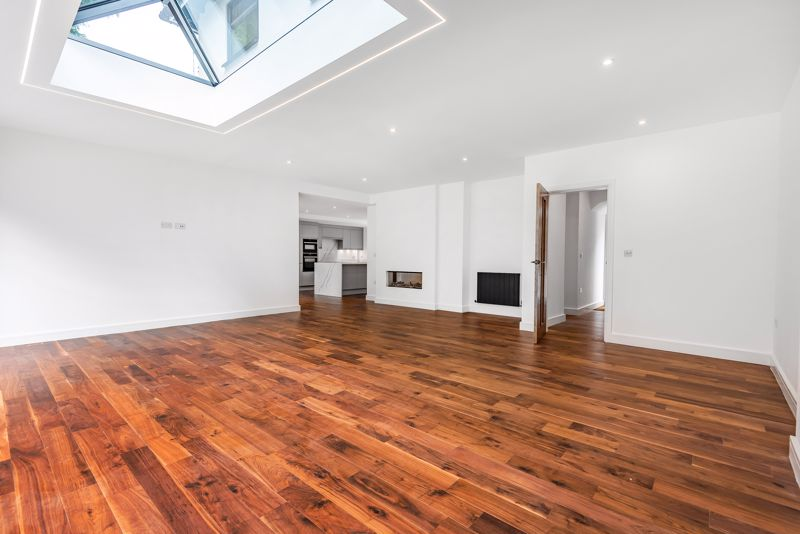 4 bedroom detached house For Sale in Banstead - Photo 3.