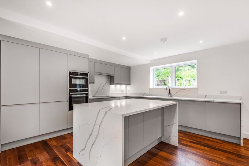 4 bedroom detached house For Sale in Banstead - Photo 5.