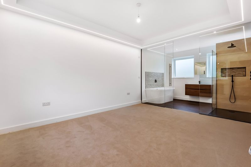4 bedroom detached house For Sale in Banstead - Photo 8.