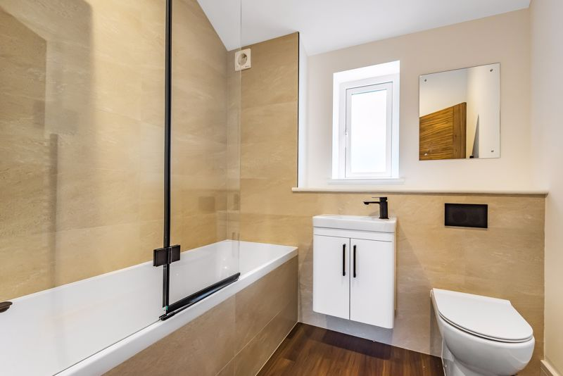 4 bedroom detached house For Sale in Banstead - Photo 9.