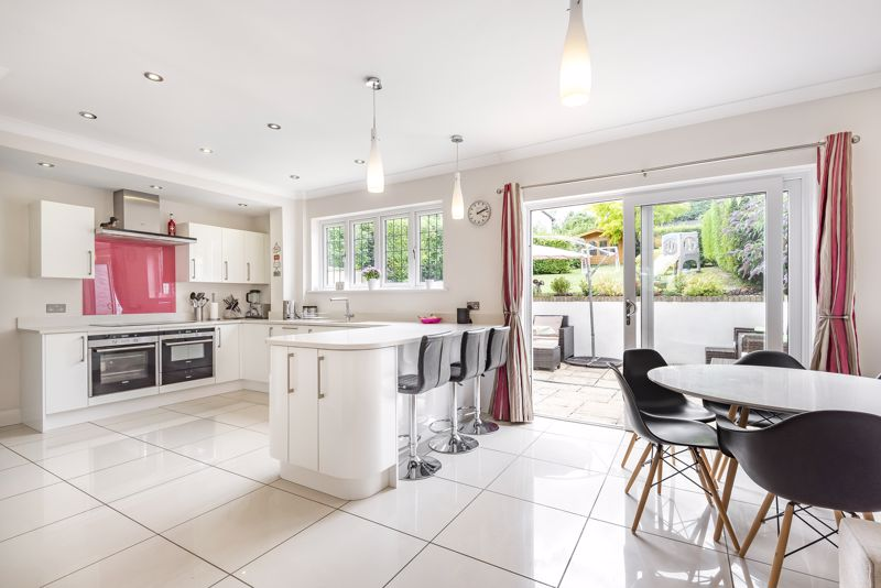 5 bedroom detached house For Sale in Carshalton Beeches - Photo 4.