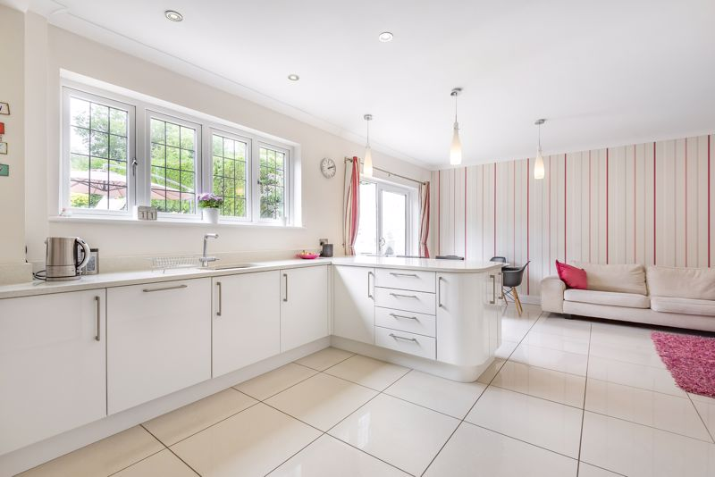 5 bedroom detached house For Sale in Carshalton Beeches - Photo 5.