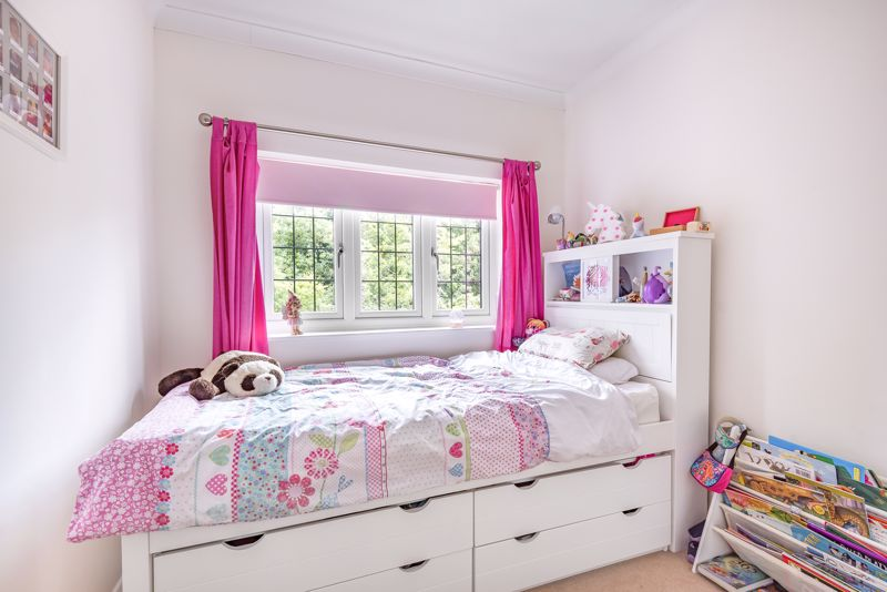 5 bedroom detached house For Sale in Carshalton Beeches - Photo 8.