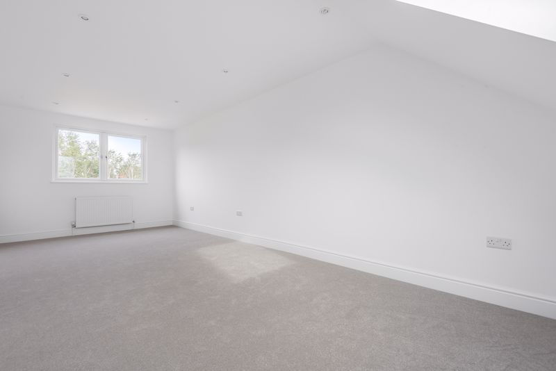 4 bedroom detached house For Sale in Carshalton Beeches - Photo 14.