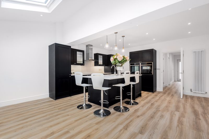 4 bedroom detached house For Sale in Carshalton Beeches - Photo 18.