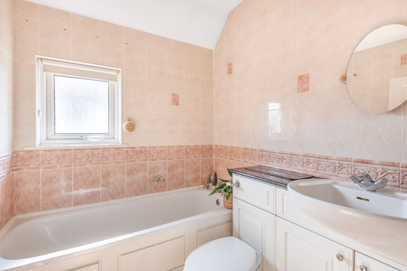 5 bedroom detached house For Sale in Sutton - Photo 9.