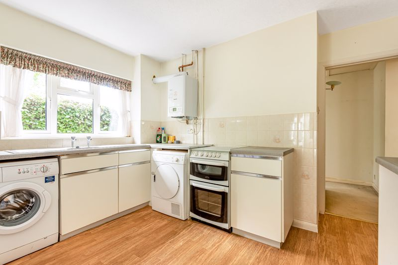 3 bedroom detached bungalow SSTC in South Sutton - Photo 4.