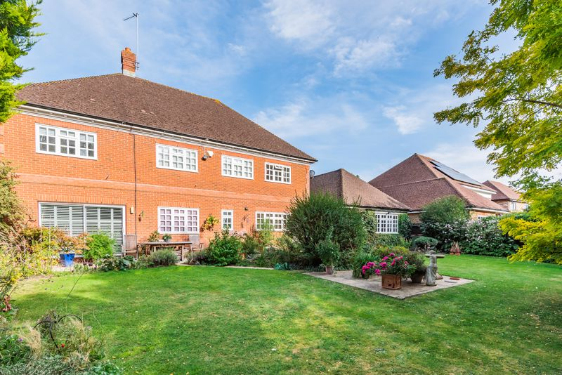 5 bedroom detached house SSTC in Carshalton - Photo 19.