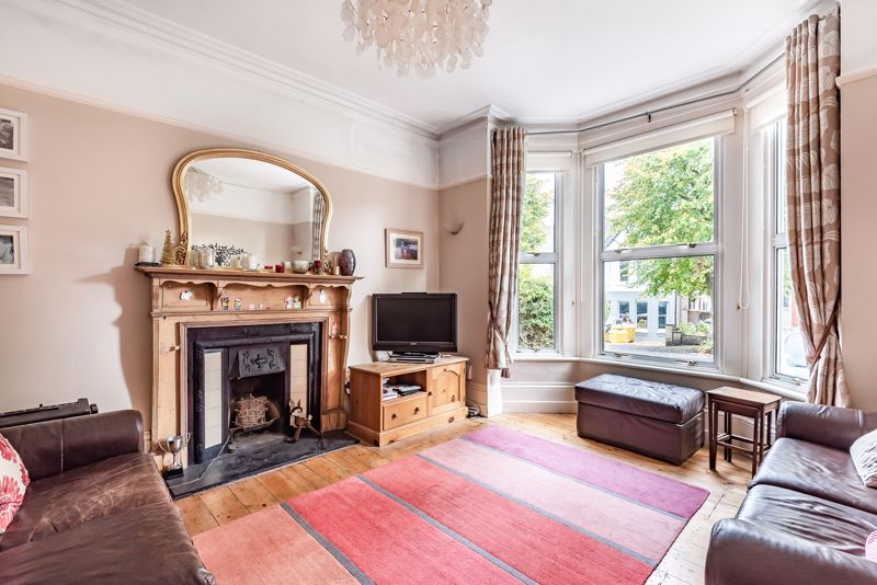 5 bedroom semi detached house For Sale in Sutton - Photo 3.