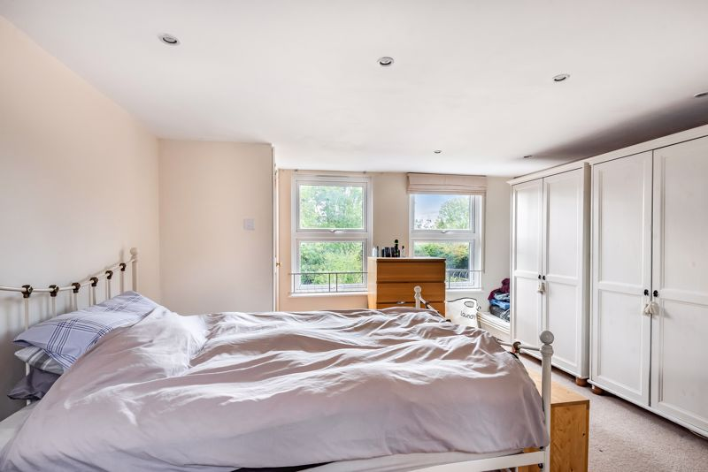 5 bedroom semi detached house For Sale in Sutton - Photo 6.