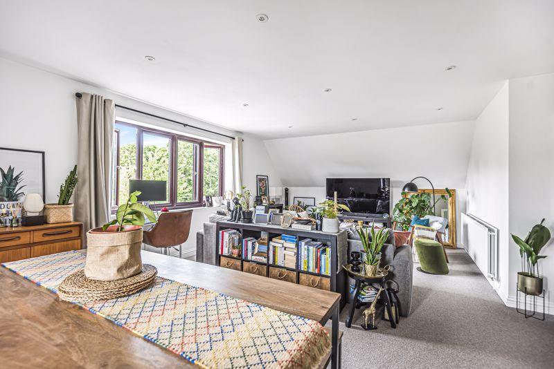 2 bedroom upper floor flat flat For Sale in Wallington - Photo 2.