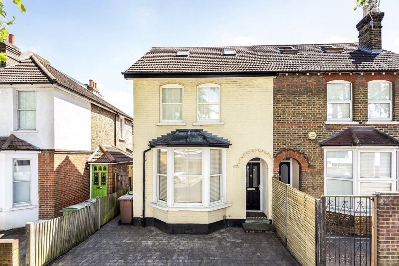 4 bedroom semi detached house For Sale in Sutton - Photo 1.