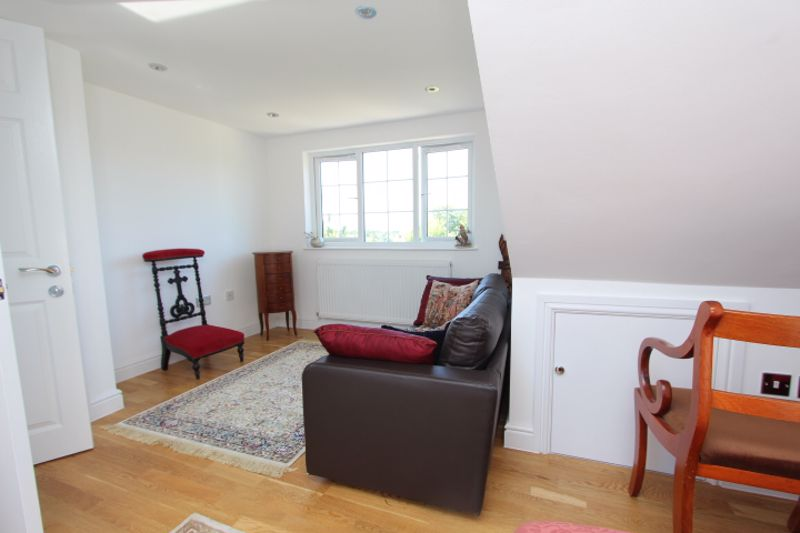 6 bedroom detached house For Sale in Carshalton - Photo 2.