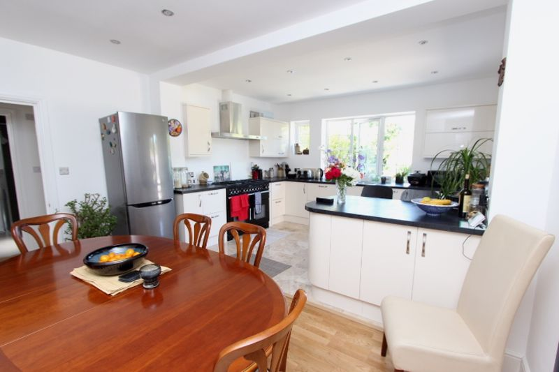 6 bedroom detached house For Sale in Carshalton - Photo 17.