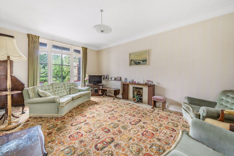 4 bedroom detached house For Sale in Carshalton Beeches - Photo 2.