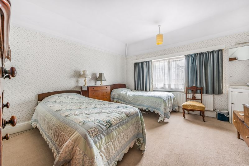 4 bedroom detached house For Sale in Carshalton Beeches - Photo 7.