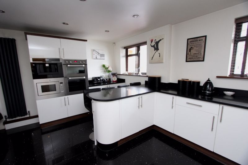 4 bedroom semi detached house For Sale in Carshalton - Photo 2.