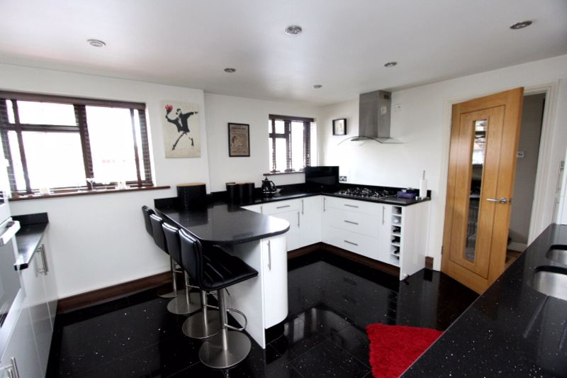4 bedroom semi detached house For Sale in Carshalton - Photo 3.