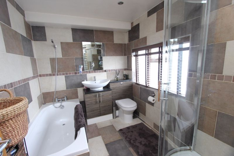 4 bedroom semi detached house For Sale in Carshalton - Photo 4.