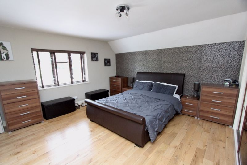 4 bedroom semi detached house For Sale in Carshalton - Photo 6.