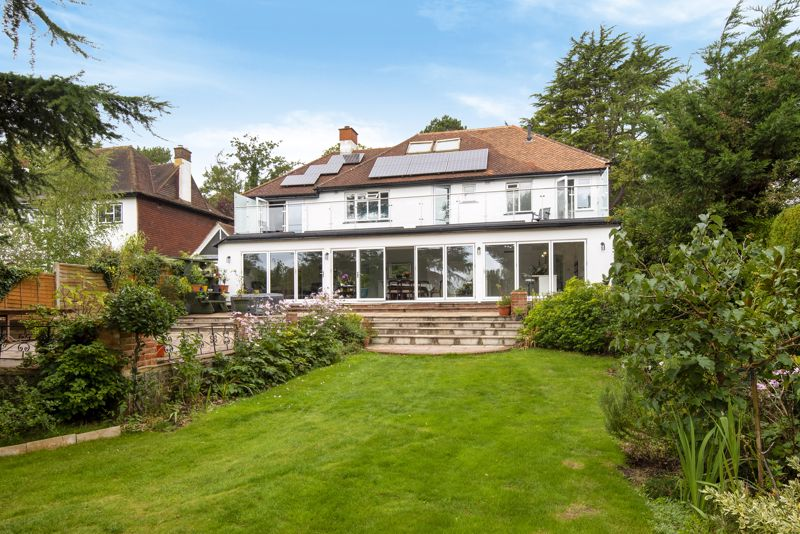 5 bedroom detached house For Sale in Carshalton Beeches - Photo 10.