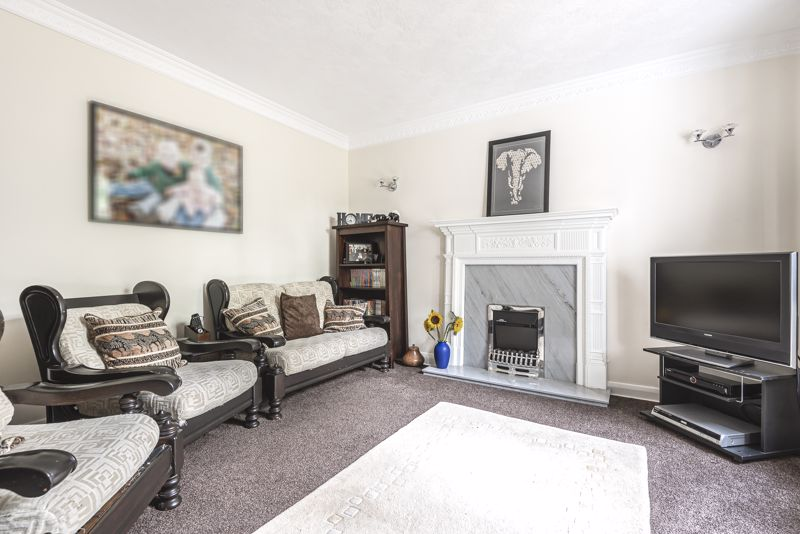 5 bedroom detached house For Sale in Carshalton Beeches - Photo 2.