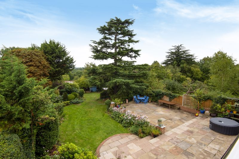 5 bedroom detached house For Sale in Carshalton Beeches - Photo 9.