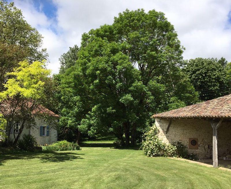 Maison de famille en pierre avec granges, piscine et terrain de golf privé