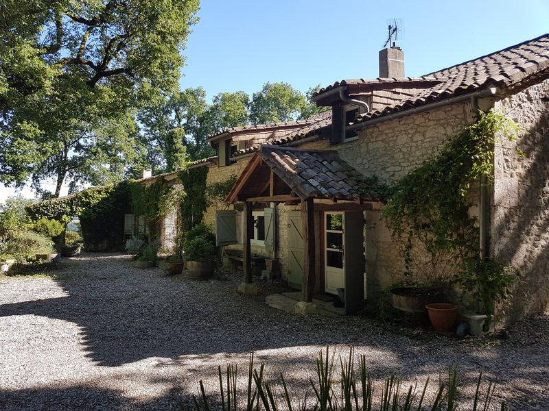 Pretty country cottage with maison d'amis and pool
