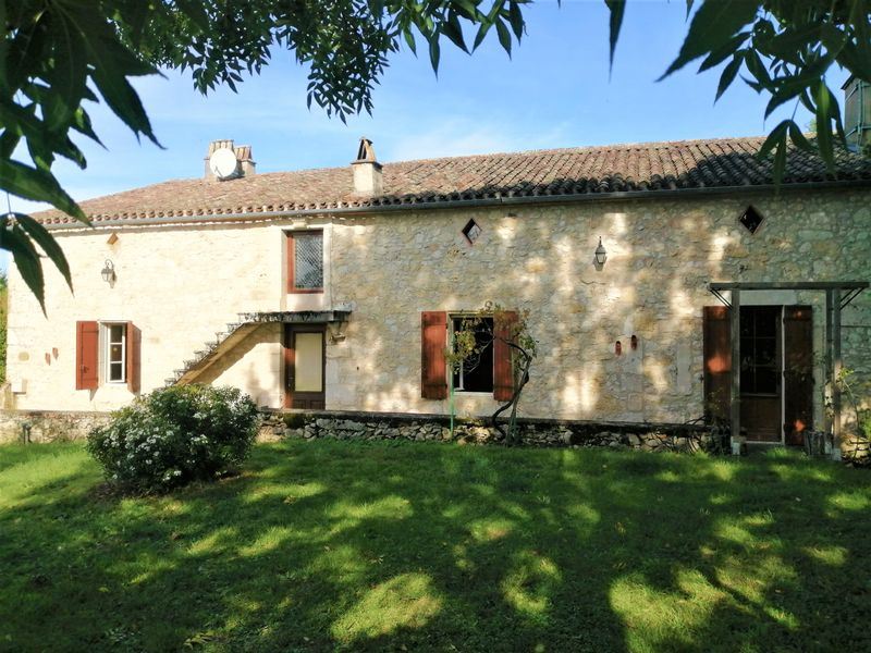 Characterful stone farmhouse with 4 bedrooms and a pool