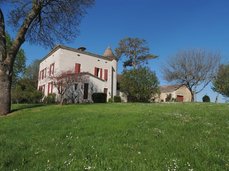 Character house cottage and barn with 7 ha near bastide